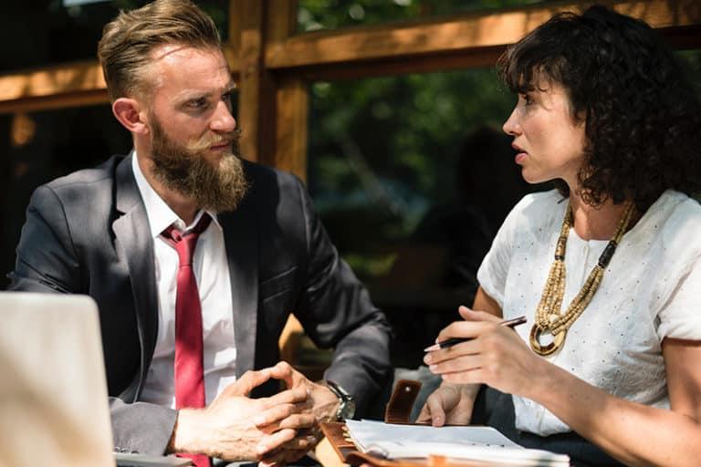Gry psychologiczne, wpływajace na komunikacje w pracy potrafia szybko i skutecznie zmniejszyc zaangazowanie pracownikow w powierzone obowiazki.